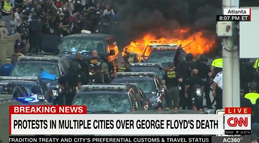 Manifestantes atacam CNN, esmagam carros em Atlanta e LA