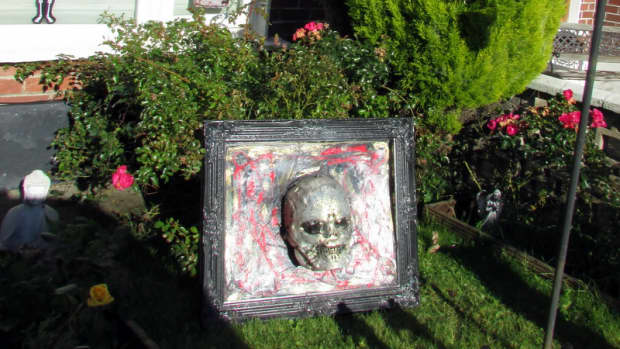 halloween-displays-decorations-scary-diy-3d-skull-on-a-picture-frame-make-your-own-yard-props-skulls-skeletons