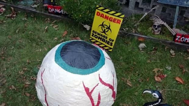 halloween-diy-displays-how-to-make-scary-eyes-for-your-halloween-yard-display