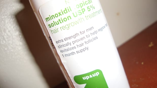 how-to-apply-liquid-minoxidil-to-your-temples