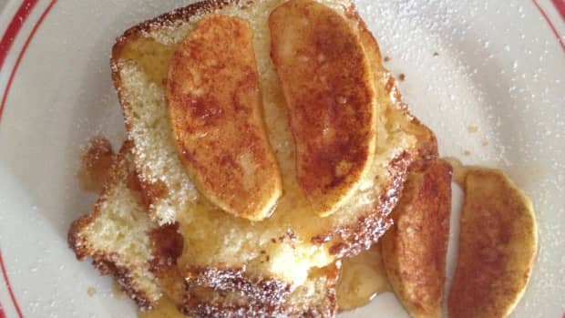 homemade-sugar-and-cinnamon-sweet-cornbread-with-baked-apple-slices