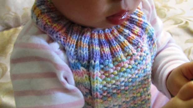 cable-stay-on-baby-bib-free-knitting-pattern