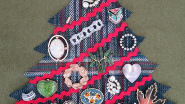 diy-craft-decoration-christmas-wall-hanging-using-vintage-or-costume-jewelry