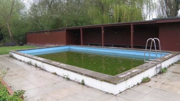 clearing-up-a-green-or-black-swimming-pool