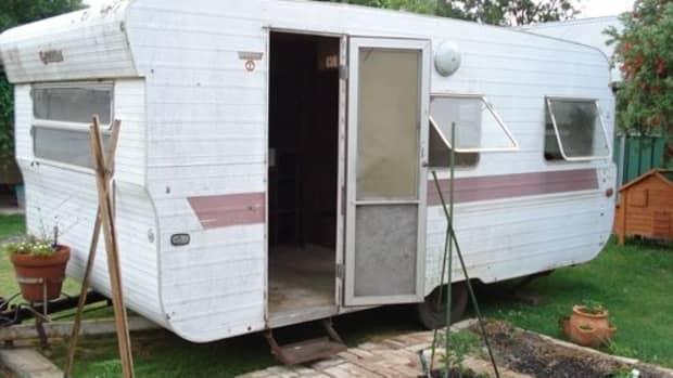 convert-an-old-caravan-into-a-studio-or-playroom