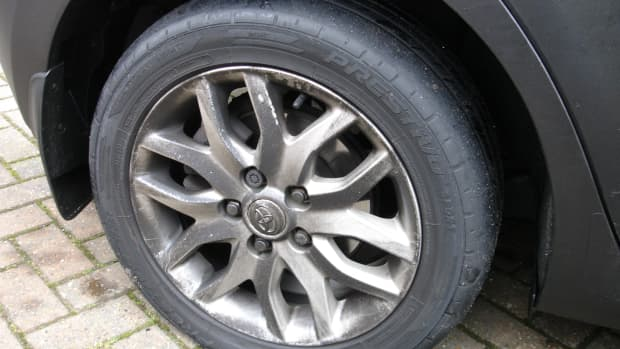 replace-flat-tyre-on-toyota-auris