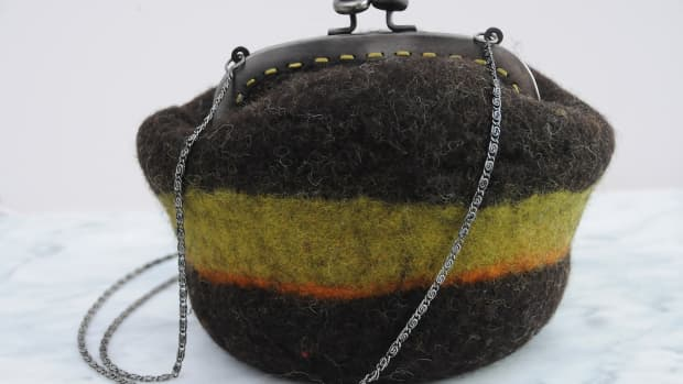 how-to-wet-felt-a-shoulder-bag-on-a-ball-complete-with-recycled-purse-frame