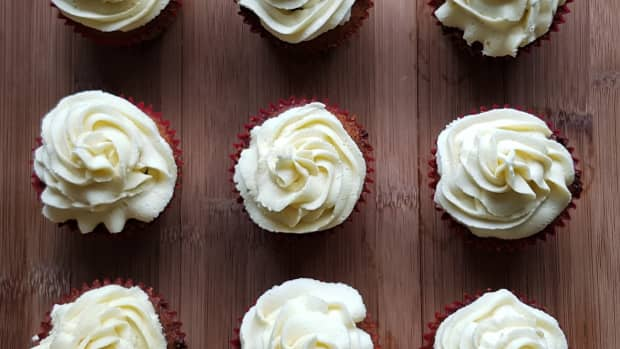 easy-carrot-cake-cupcakes-with-white-chocolate-buttercream-frosting