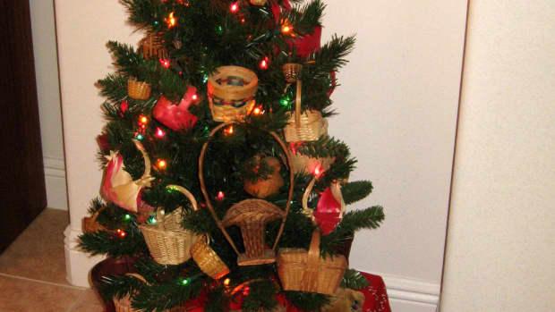 christmas-tree-theme-miniature-baskets