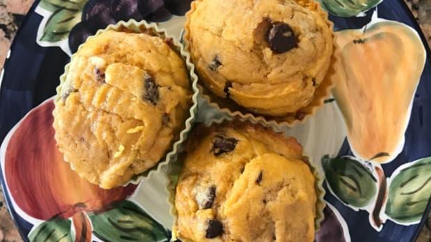 the-best-moist-chocolate-chip-pumpkin-muffins