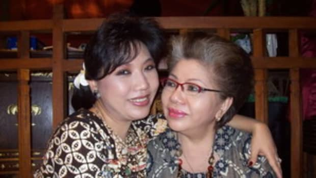 Anne Avantie and her mother, photo by Ayu N. Andini courtesy indofamily.net