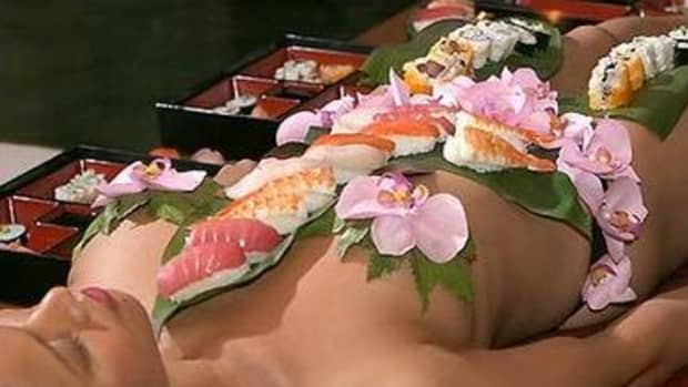 nyotaimori-eating-sushi-of-a-womans-bare-body