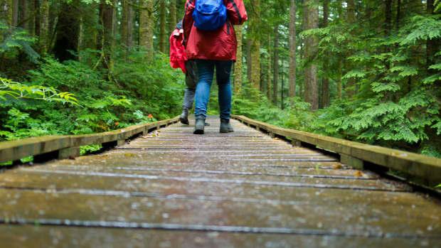 good-lightweight-rain-gear-for-hiking-backpacking-5-reviews