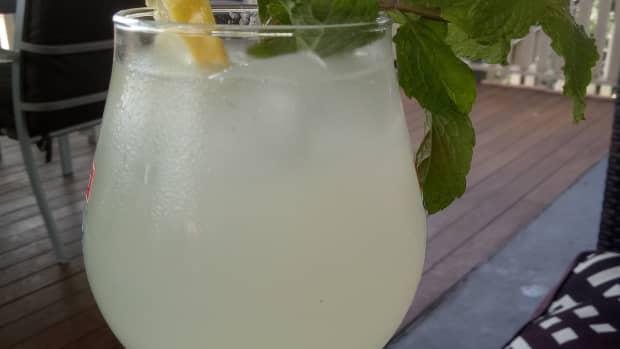 how-to-make-greek-homemade-lemonade-the-old-fashioned-way-using-real-lemons
