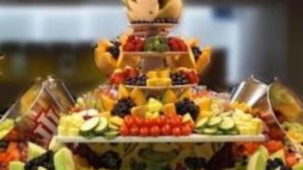 buffet-ideas-fruit-veggie-displays