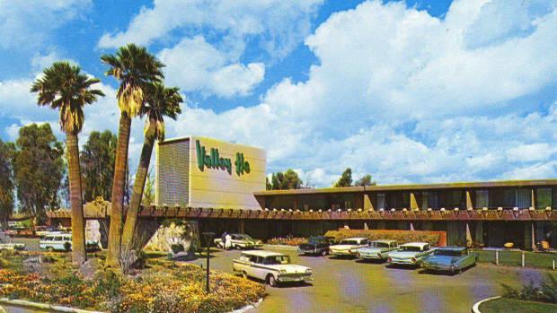 the-hotel-valley-ho-a-mid-century-trendy-hot-spot-in-scottsdale-arizona