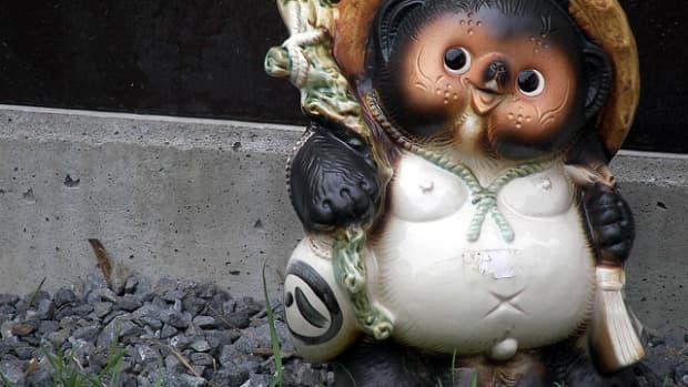 popular-japanese-souvenir-tanuki-statue