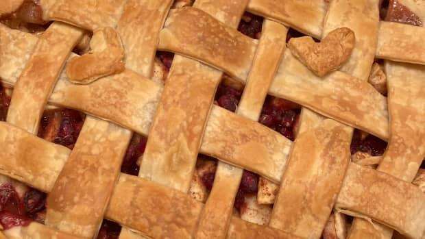delicious-apple-pomegranate-pie