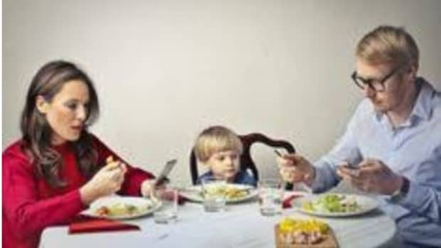 is-it-right-to-use-your-gadgets-at-the-dining-table