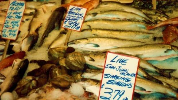 visiting-the-pike-place-market-in-seattle-throwing-fish-and-more