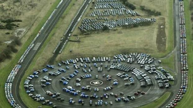 日产的试车跑道上有数千辆新的剩余汽车