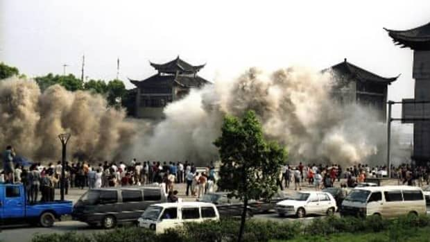 Tsunami: Tidal wave hits the shore