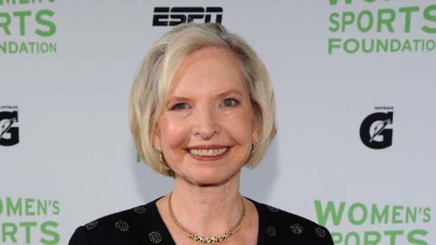 janet-guthrie-is-the-first-woman-to-qualify-and-compete-in-the-indianapolis-500-and-daytona-500