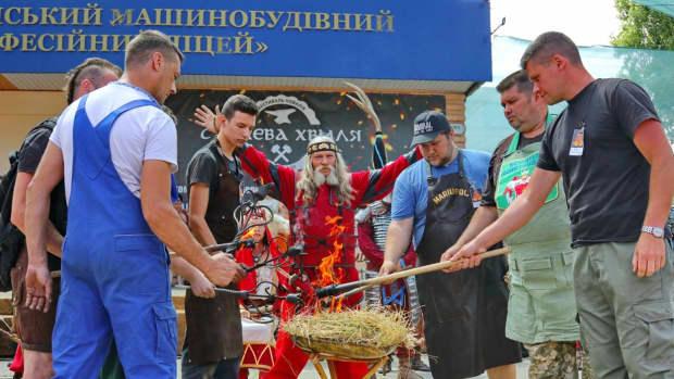 environmental-sculpture-in-berdiansk-the-blacksmith-olexander-shaposhnik