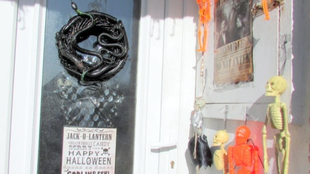halloween-decorations-how-to-make-a-wreath-for-your-scary-creepy-diy-outdoor-display-spooky