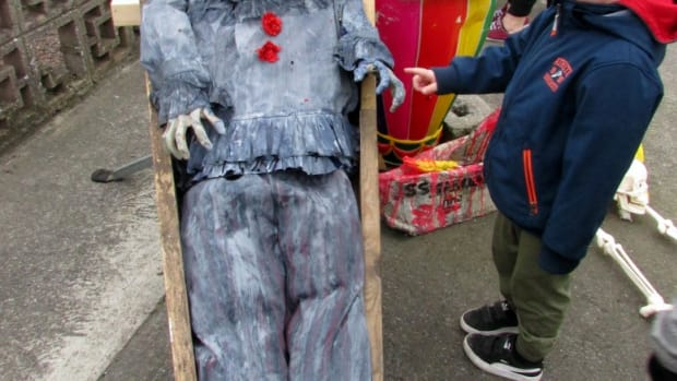 halloween-diy-decorations-how-to-make-a-pennywise-clown-from-the-movie-it-for-your-evil-halloween-yard-display-displays