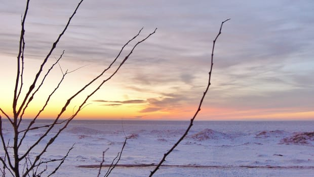 sunsetting-photos-over-a-frozen-lake-michigan
