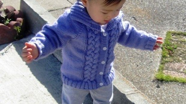 baby-sweater-free-knitting-pattern-seamless-braided-cable-baby-sweater