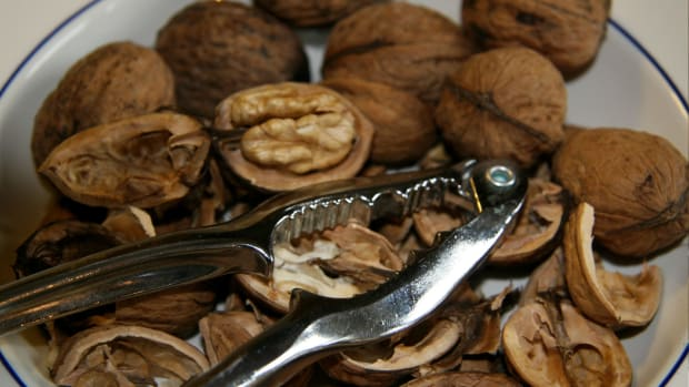 what-is-most-efficient-way-to-crack-walnuts
