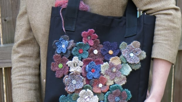 free-knitting-pattern-knit-a-field-of-flowers-to-decorate-and-recycle-a-tote-bag