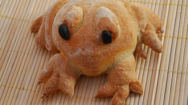 how-to-cook-edible-bread-frogs-with-the-kids