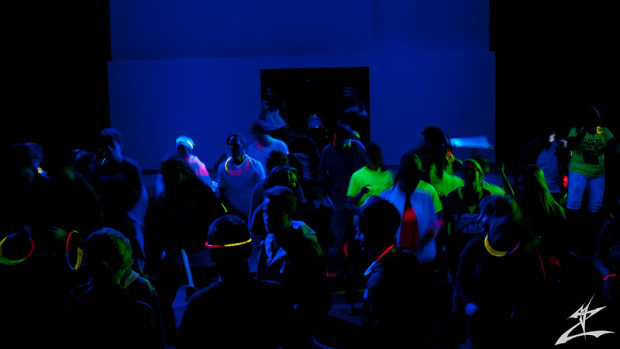 how_to_throw_a_black_light_party-_ideas_supplies_and_decorations