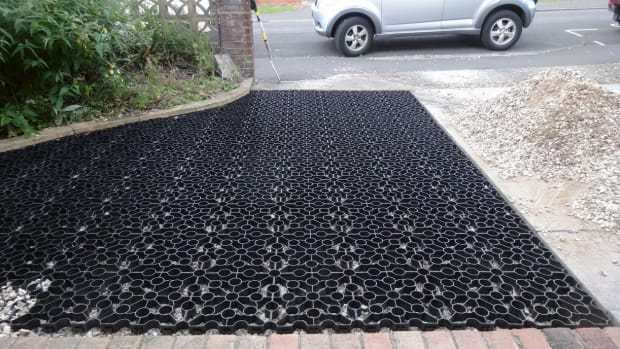laying-plastic-stability-grids-for-gravel-driveways