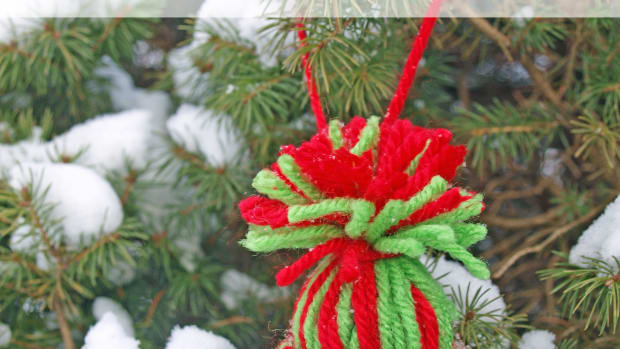 yarn-hat-ornament-made-with-recycled-toilet-paper-rolls-craft-tutorial