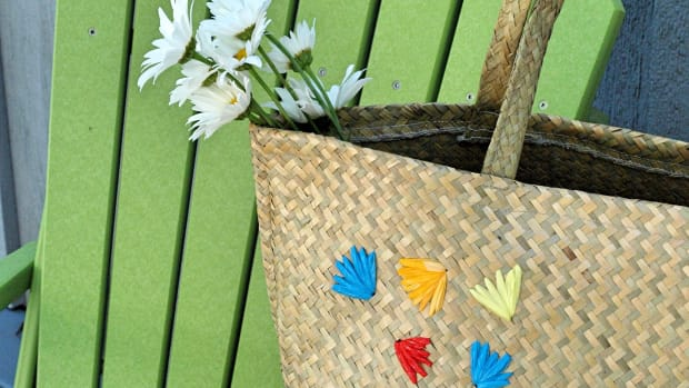 straw-bag-embellished-with-flowers-made-from-recycled-plastic-bags-craft-project
