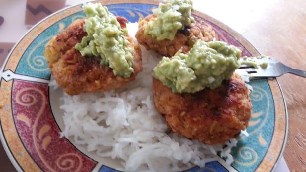 irresistible-salmon-cakes-with-avocado-dip