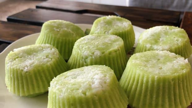 how-to-make-malaysian-steamed-pandan-coconut-cake-puteri-ayu