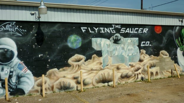 the-flying-saucer-pie-company-mural-and-exploring-mars