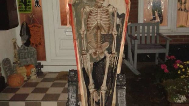 halloween-decorations-how-to-make-a-coffin-for-your-halloween-skeleton-display