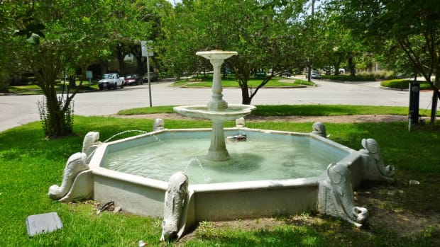 antique-dolphin-fountain-in-houstons-lamar-park