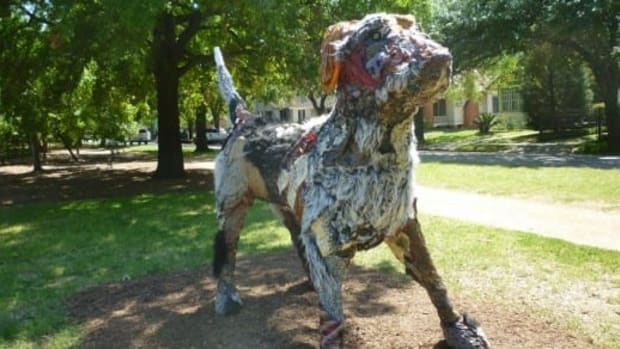 carter-ernst-dog-sculpture-in-houstons-true-north-exhibit