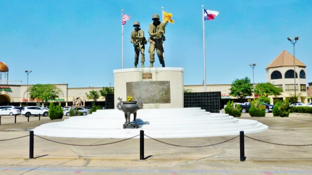 vietnam-war-memorial-in-shopping-center-of-houston-texas