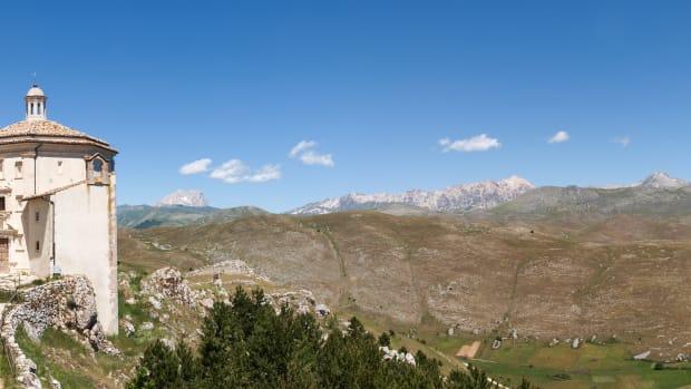 the-wild-landscape-of-the-abruzzo-region-in-italy