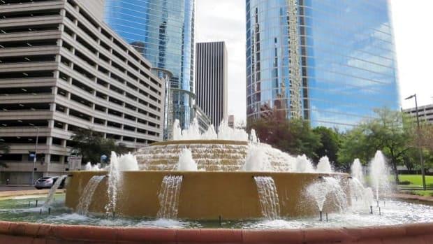 bob-and-vivian-smith-fountain-in-downtown-houston