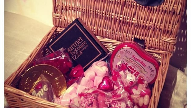 creating-romantic-valentines-gift-baskets-for-teens