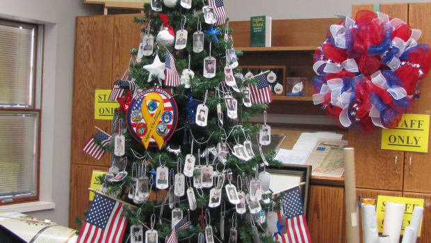 decorate-a-patriotic-christmas-tree